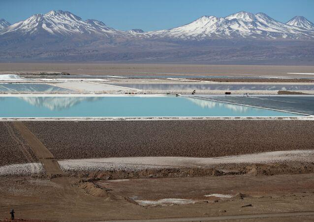 Piscinas de salmoura de uma mina de lítio da Albemarle Corp, com sede nos Estados Unidos, vistas na planície de sal do Atacama, no Chile