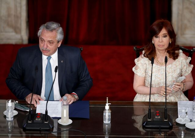 Presidente da Argentina, Alberto Fernández (à esquerda), discursa na abertura de sessão no Congresso ao lado de sua vice-presidente, Cristina Kirchner, Buenos Aires, Argentina, 1º de março de 2021