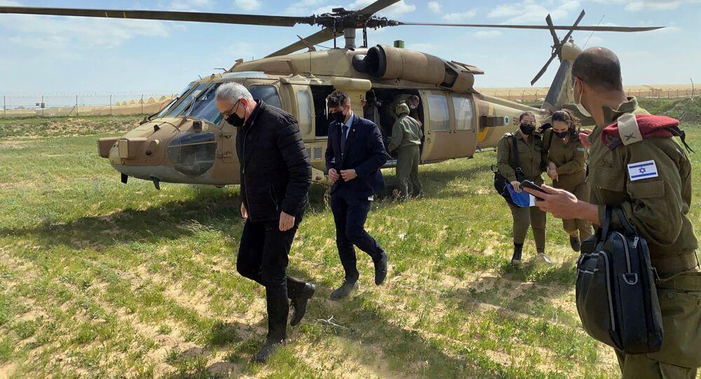 O ministro da Defesa de Israel, Benny Gantz, caminha após descer de um helicóptero durante uma excursão pela área de fronteira de Gaza, no sul de Israel, em 2 de março de 2021