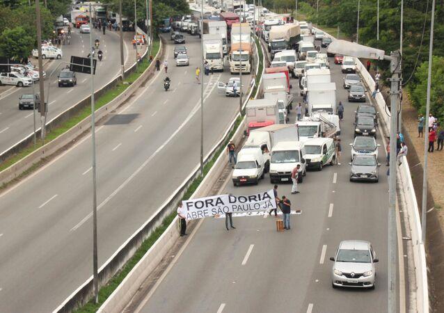 Caminhoneiros realizam protesto na Marginal Tietê contra as medidas impostas pelo governo de São Paulo