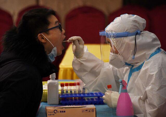 Homem passando por teste da COVID-19 na China (foto de arquivo)