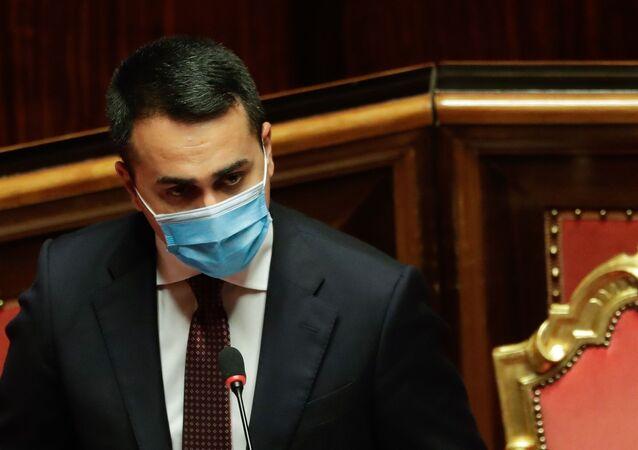 Em Roma, o ministro das Relações Exteriores da Itália, Luigi Di Maio, fala usando máscara de proteção contra a COVID-19 durante sessão do Senado italiano, em 24 de fevereiro de 2021