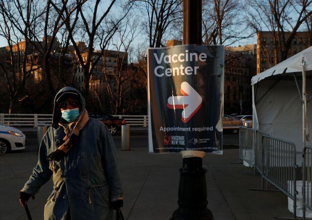 Mulher com máscara passa próximo a um centro de vacinação no Bronx, em Nova York, nos Estados Unidos. Foto de 4 de março de 2021