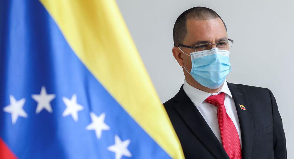 Jorge Arreaza, ministro das Relações Exteriores da Venezuela, ao lado de uma bandeira venezuelana na sede do respectivo ministério em Caracas, Venezuela, 24 de fevereiro de 2021