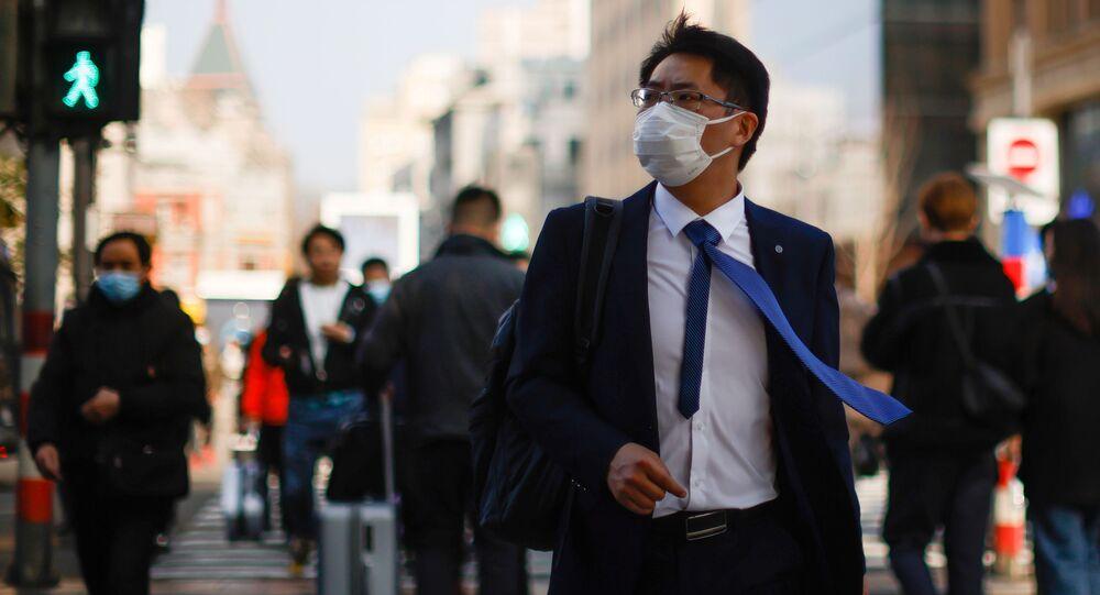 Homem com máscara em rua de Xangai, China, 4 de março de 2021