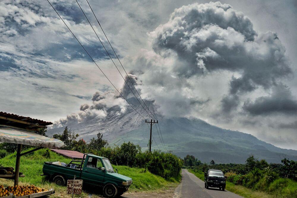 Erupção do vulcão Sinabung na Indonésia, 3 de março de 2021