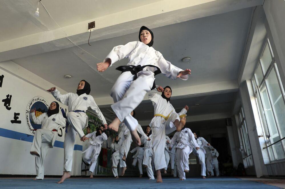 Meninas afegãs praticam taekwondo em Cabul, Afeganistão, 1º de março de 2021