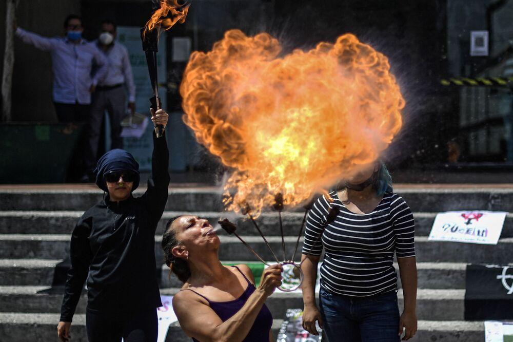 Mulheres dão show durante manifestação pela eliminação da violência contra mulheres, cidade do México, México, 2 de março de 2021