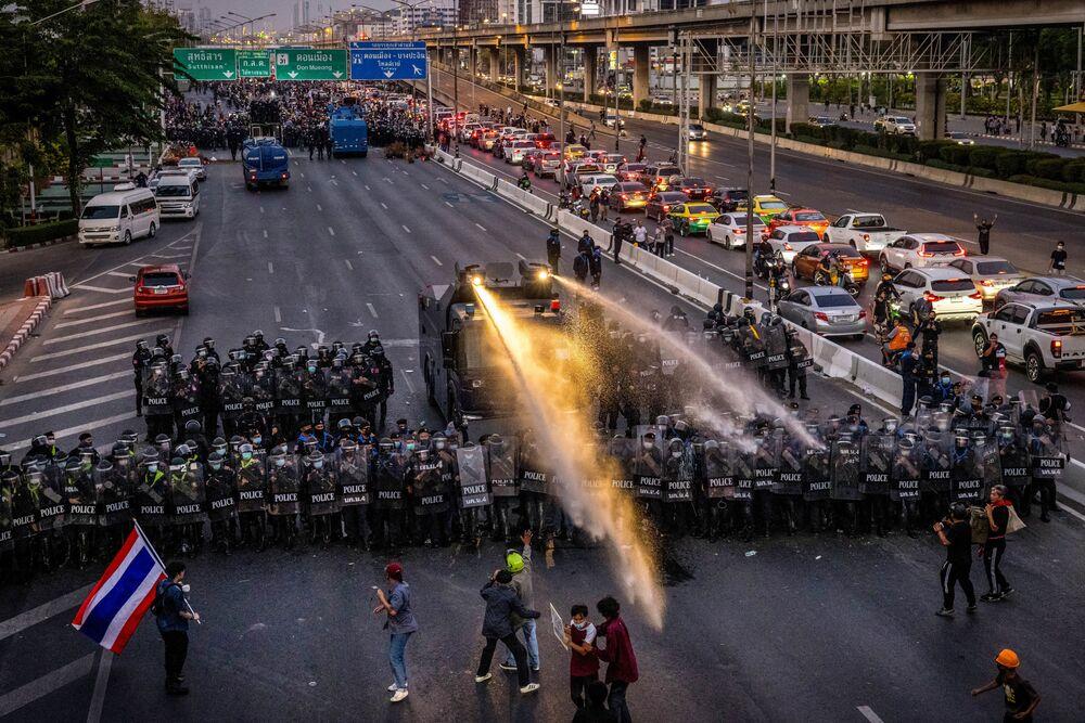 Caminhão com canhão de água mobilizado pela polícia a fim de dispersar manifestantes em Bangkok, Tailândia, 28 de fevereiro de 2021