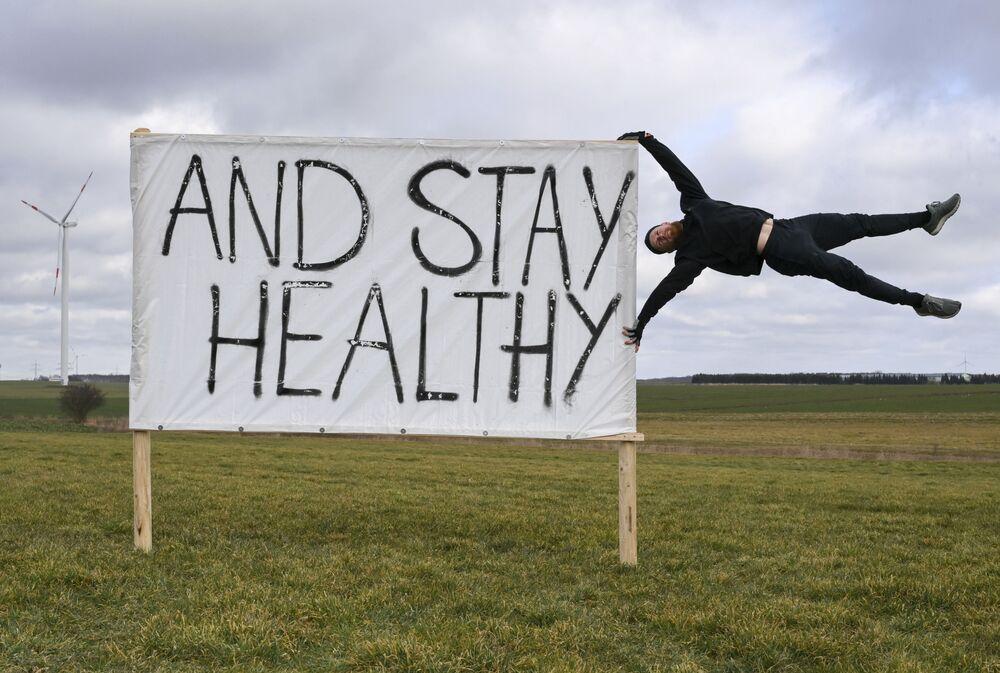 Homem protesta contra fechamento contínuo de centros de fitness na Alemanha, 27 de fevereiro de 2021