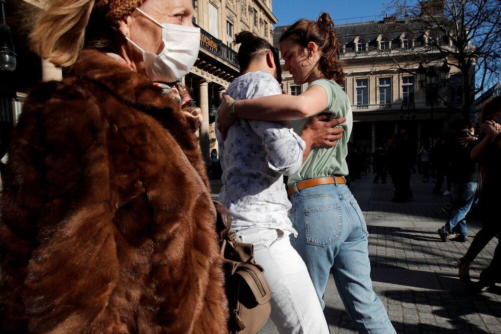 Par dançando tango na praça Colette, Paris, França, 28 de fevereiro de 2021