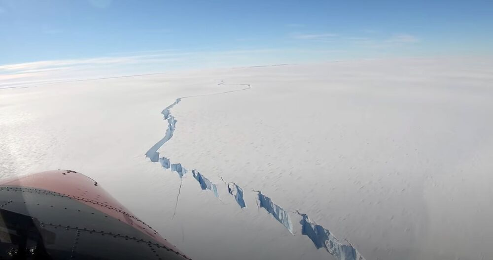 Abismo chamado de Fenda Norte, formado na plataforma de gelo Brunt, é visto na Antártica, 26 de fevereiro de 2021