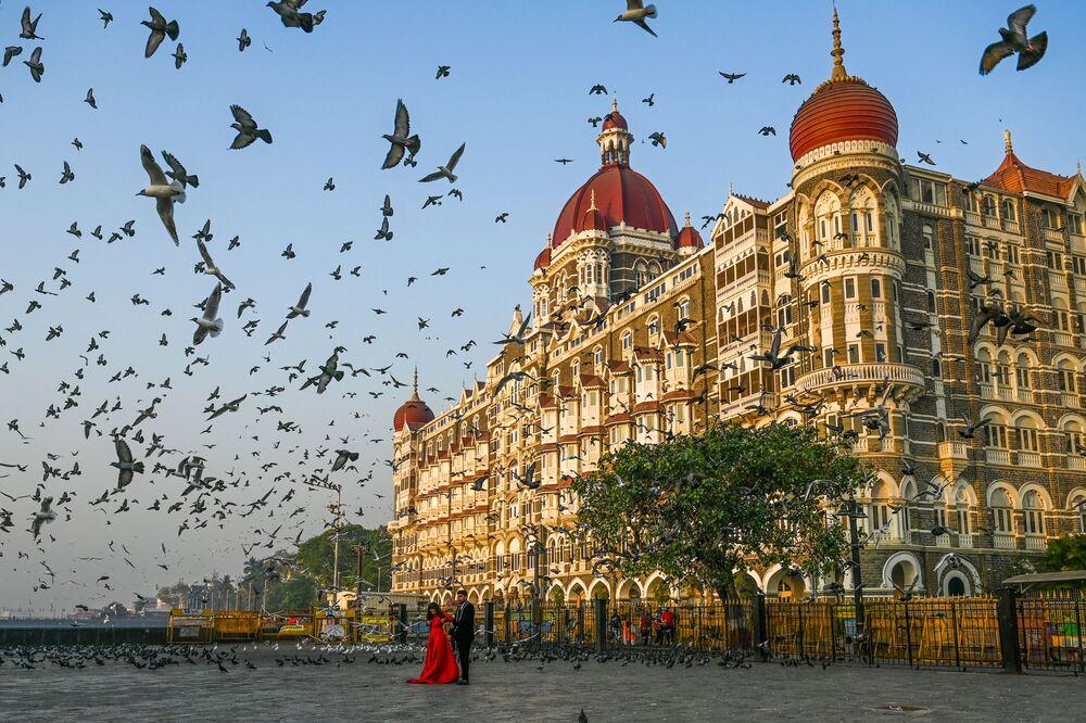 Casal posa para fotos em frente do hotel Taj Mahal em Mumbai, Índia, 4 de março de 2021