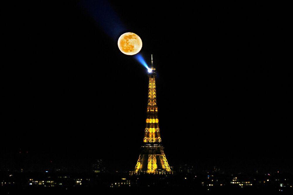 Lua em meio à Torre de Eiffel em Paris, França, 28 de fevereiro de 2021