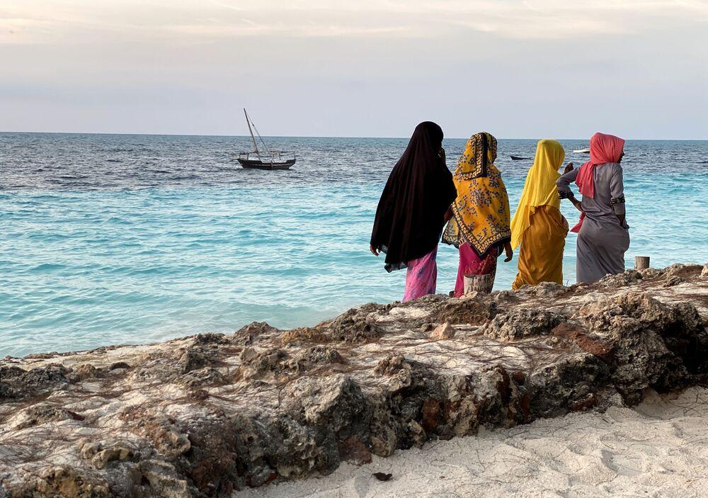 Mulheres na costa da ilha de Zanzibar