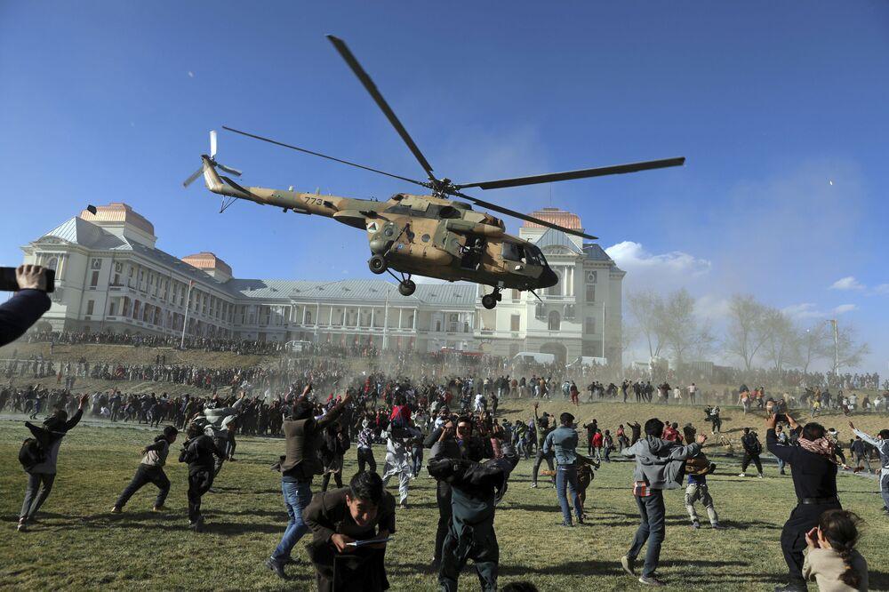 Helicóptero militar em exposição de armamentos no Afeganistão, Cabul, 3 de março de 2021
