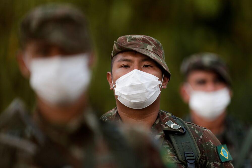 Exército brasileiro antes do início do patrulhamento de área perto da fronteira com a Colômbia durante a campanha de vacinação em curso no estado de Amazonas, 2 de março de 2021