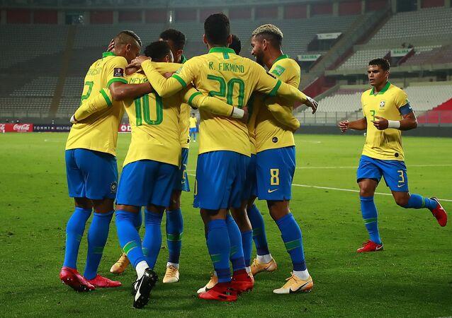 Seleção brasileira comemora gol contra seleção do Peru pelas eliminatórias da Copa do Qatar.