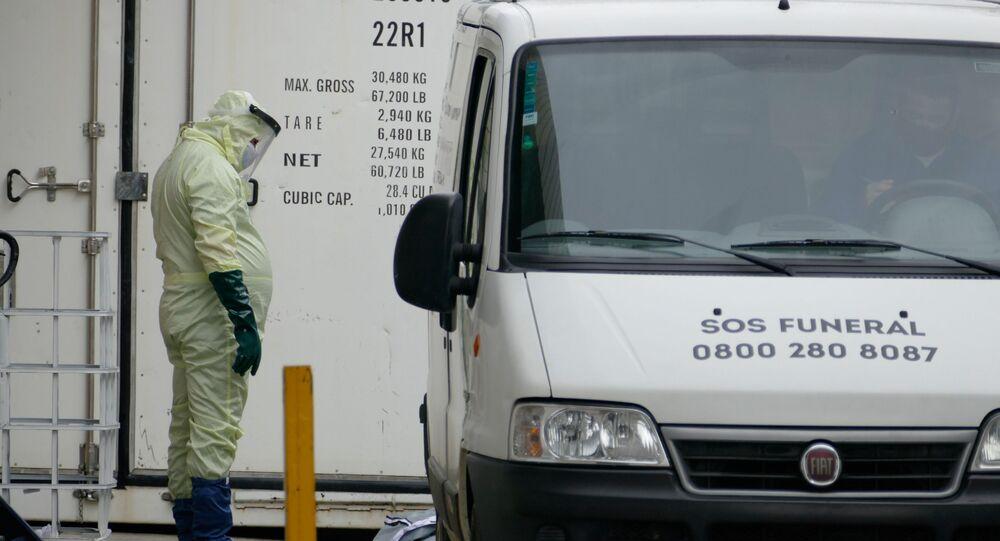 Funcionário do hospital João Lúcio retira corpo de paciente morto em decorrência da COVID-19 de contêiner frigorífico, em Manaus, Amazonas (arquivo)
