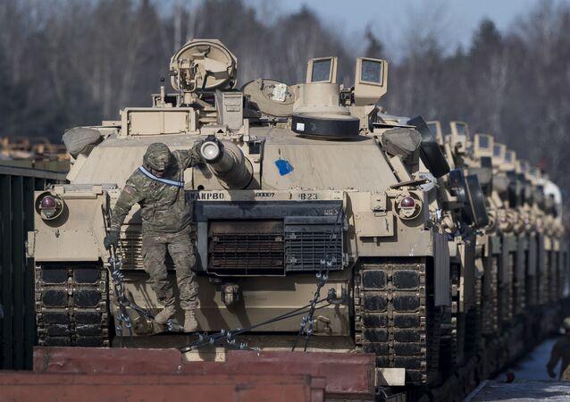 Tanques americanos Abrams em uma estação ferroviária na Lituânia (foto de arquivo)