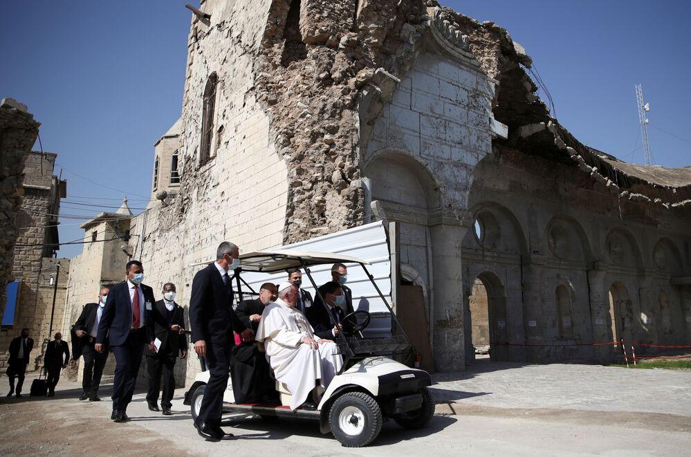 Papa Francisco passa pela cidade velha de Mossul