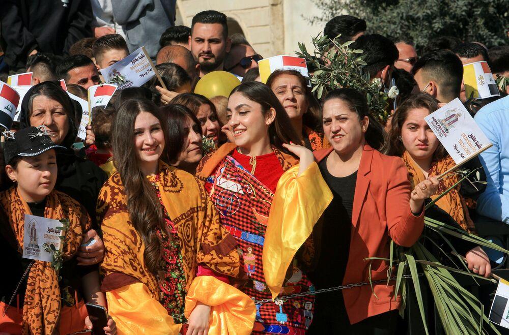 Pessoas esperando a chegada do Papa Francisco perto da Igreja da Imaculada Conceição em Qaraqosh, Iraque