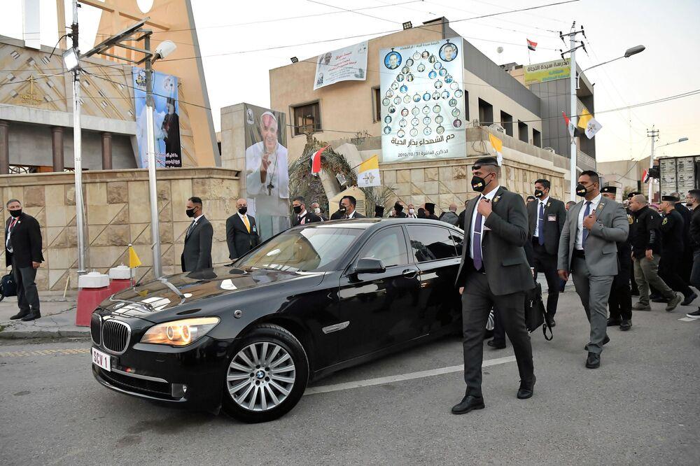 Carro do Papa Francisco perto da igreja católica síria em Bagdá