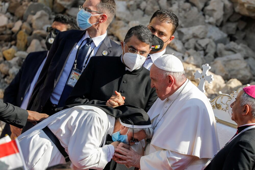 Uma freira cumprimenta o Papa Francisco na cidade velha de Mossul