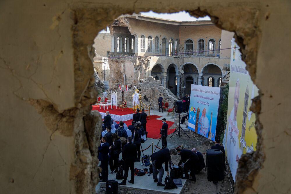 Jornalistas e pessoas esperando a chegada do Papa Francisco na velha cidade de Mossul