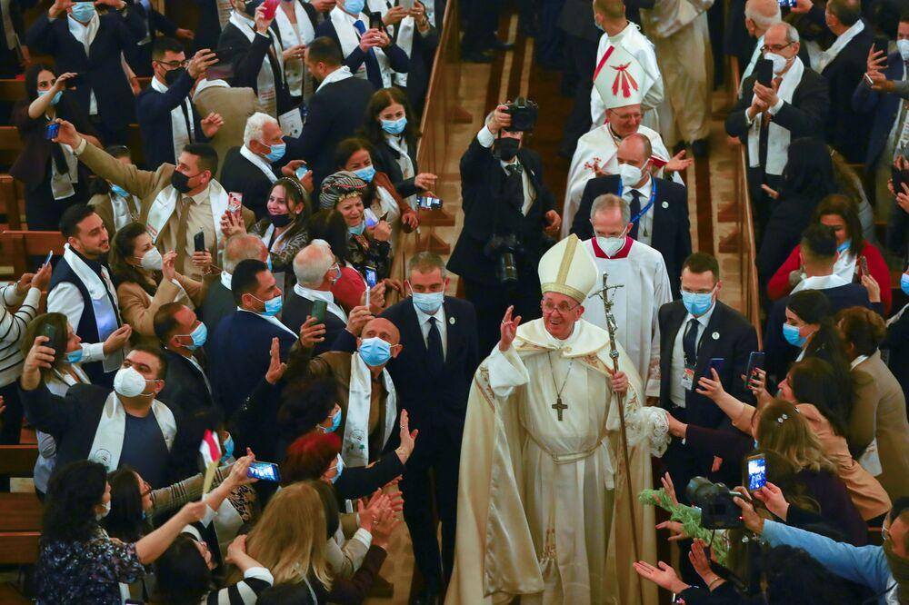 Papa Francisco depois da missa na Catedral de São José em Bagdá