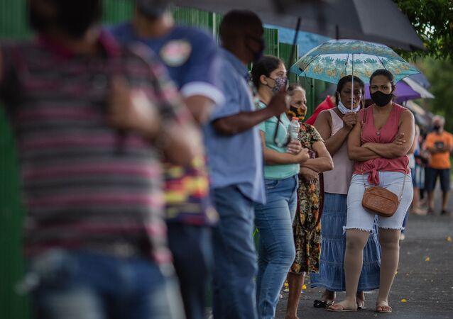 Moradores do município de Serrana, na Região Metropolitana de Ribeirão Preto (SP), aguardam em fila para serem vacinados com a CoronaVac, em 3 de março de 2021
