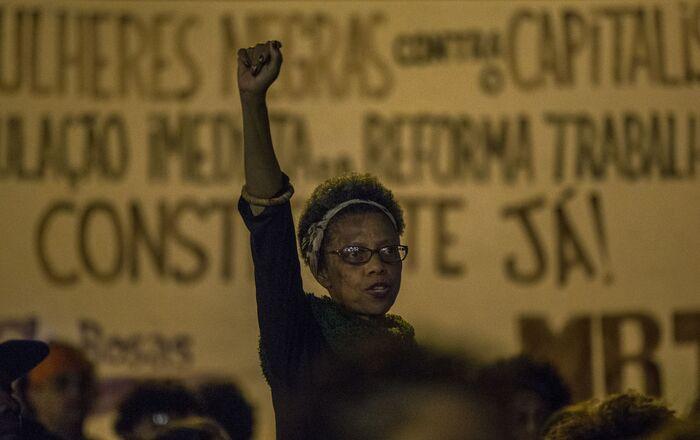 Mulheres realizam ato Mulheres Negras e Indígenas por nós, por todas nós, pelo bem viver, em 2017, em São Paulo.