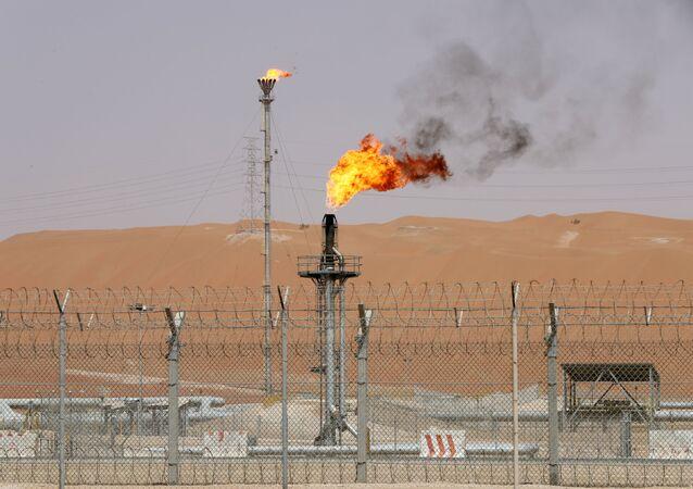 Chamas são vistas nas instalações de produção do campo petrolífero Shaybah da Saudi Aramco, na Arábia Saudita