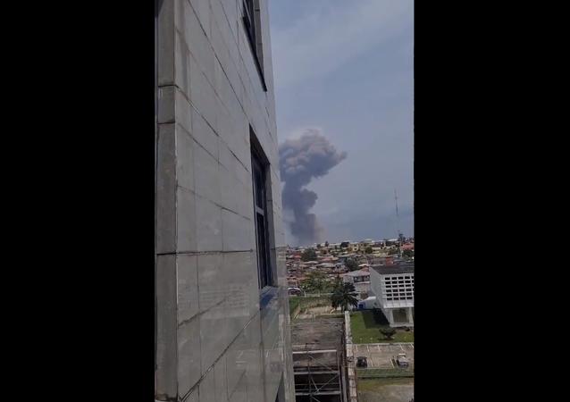 Screenshot de um vídeo mostrando o local de um das explosões que sacudiram a cidade de Bata, na Guiné Equatorial, neste domingo, 7 de março de 2021