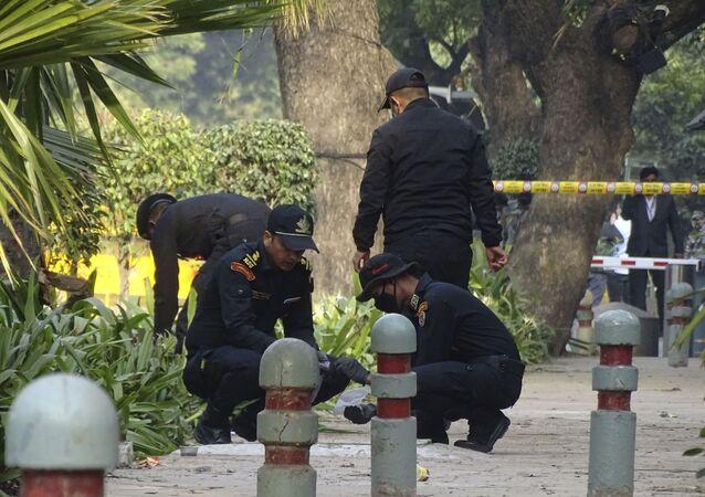 Soldados da Guarda de Segurança Nacional inspecionam o local de uma explosão perto da Embaixada de Israel em Nova Delhi, Índia, sábado, 30 de janeiro de 2021