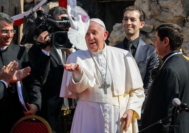 Papa Francisco solta pomba, em gesto que representa a paz, durante missa às vítimas de guerra, em Mossul, Iraque, 7 de março de 2021