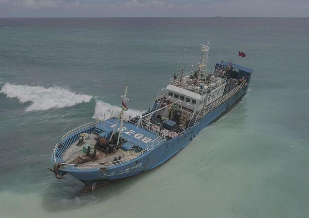 Lurong Yuan Yu, arrastão com bandeira chinesa que encalhou nos recifes de Pointe aux Sables, nas Ilhas Maurício