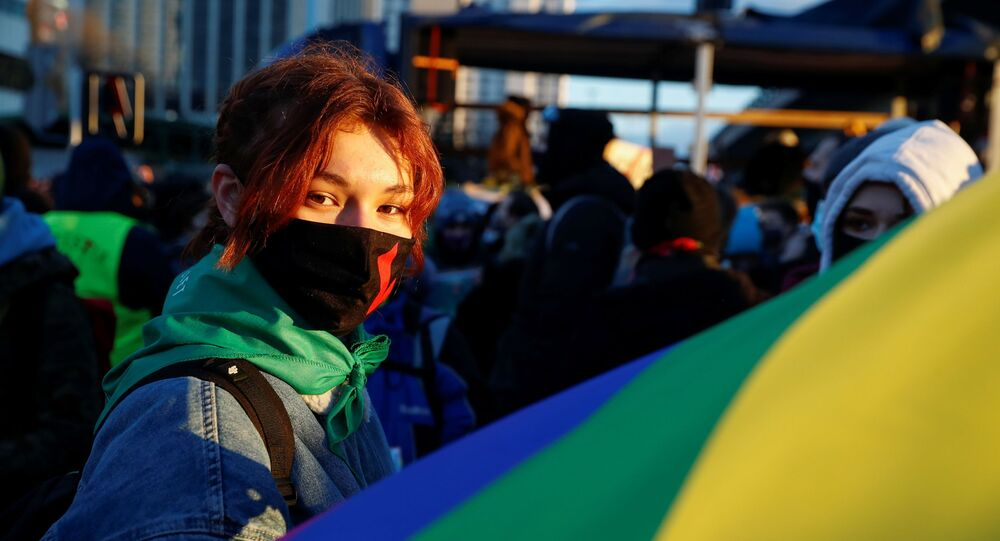 Em Varsóvia, na Polônia, manifestantes de reúnem para um protesto organizado pelo grupo Greve das Mulheres, em 8 de março de 2021