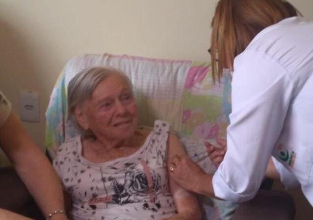 Olinda Bolsonaro, mãe de Jair Bolsonaro, recebe a segunda dose de CoronaVac, em Eldorado (SP), no dia 8 de março de 2021.