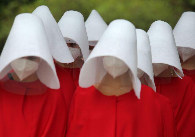 Grupo de mulheres realiza performance para marcar o Dia Internacional da Mulher, em São Paulo, 8 de março de 2021