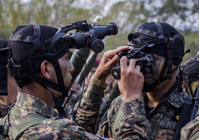 Militares salvadorenhos utilizando óculos de visão noturna (imagem referencial)