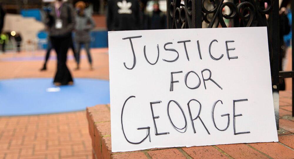 Placa de justiça para George é exibida em manifestação, enquanto a seleção do júri começa em Minneapolis, para o julgamento de Derek Chauvin, ex-policial acusado de matar George Floyd.