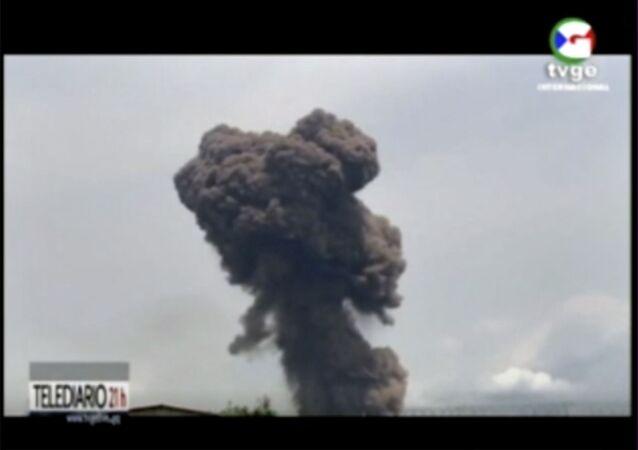 Imagens de televisão mostram a explosão que atingiu uma base militar em Guiné Equatorial