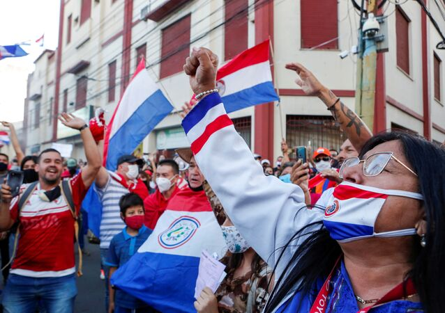 Paraguaios protestam contra o presidente Mario Abdo Benítez em Assunção