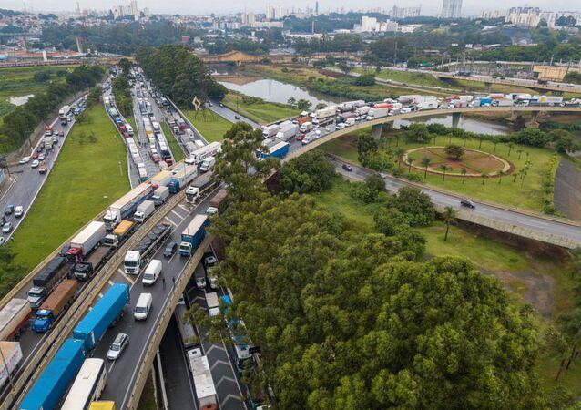 Greve dos caminhoneiros contra a fase vermelha na rodovia Castelo Branco, na entrada da marginal Tietê, em São Paulo.