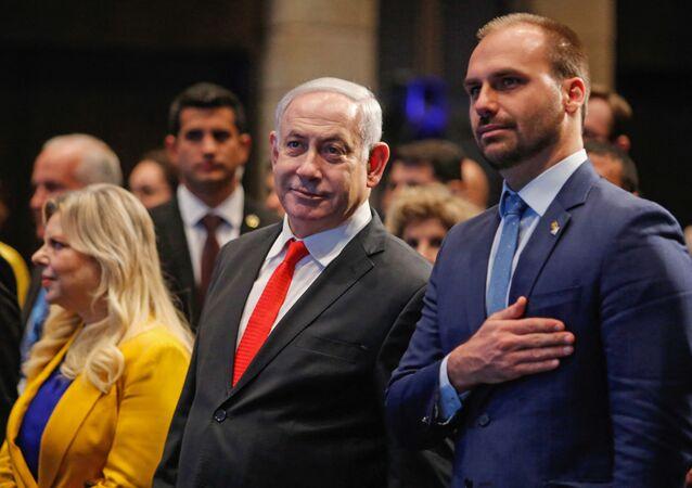 Primeiro-ministro de Israel, Benjamin Netanyahu (à esquerda), e o deputado federal Eduardo Bolsonaro (PSL-SP) em cerimônia em Jerusalém, 15 de dezembro de 2019 (foto de arquivo)