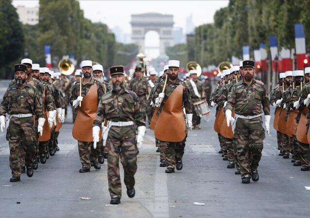 Soldados da Legião Estrangeira Francesa marchando na Champs-Élysées, Paris