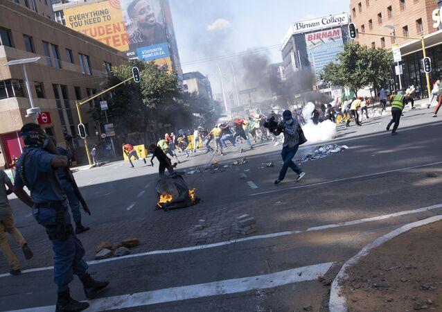 Agentes do Serviço de Polícia da África do Sul (SAPS) usam gás lacrimogêneo para dispersar protesto de estudantes em Braamfontein, Joanesburgo, África do Sul, nesta quarta-feira, 10 de março de 2021