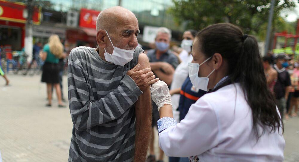 Idoso recebe dose da CoronaVac em Duque de Caxias, no Rio de Janeiro