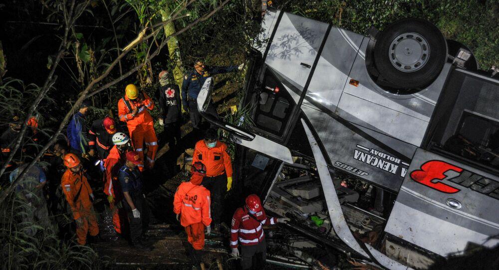 Equipe de resgate trabalha no local do acidente depois que um ônibus caiu em uma encosta em Sumedang, província de Java Ocidental, Indonésia, 10 de março de 2021.